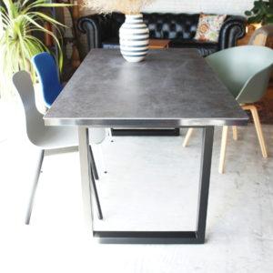新しいスタイルのダイニングテーブル