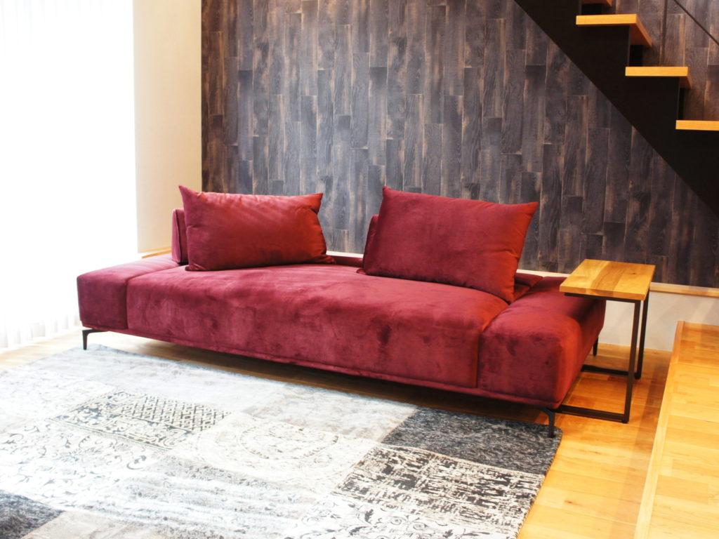 新型ソファーと珍しい種の一枚板を取り入れたコーディネート