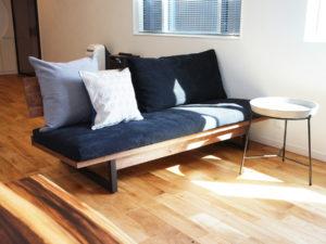 オークの床にウォールナットの家具で合わせる