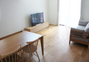 床の素材に合わせて家具を合わせる~オーク材・編~